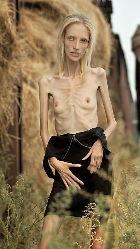 teen girl bottomless nude